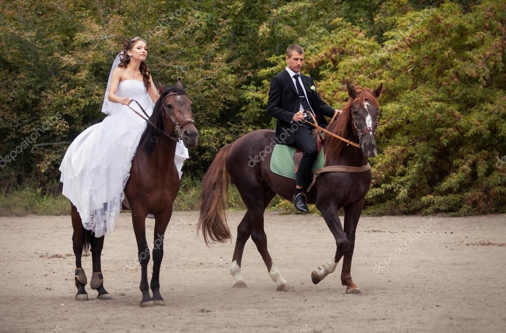 lovas esküvői képek esküvői pár lovak — Stock Fotó © alkiona25 #53732291 lovas esküvői képek
