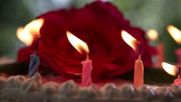 Svíčky na bílé smetanové dort