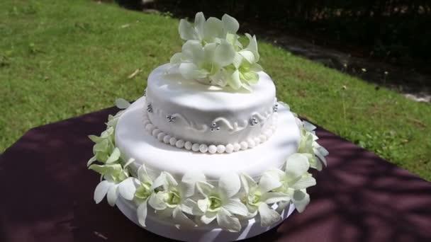 Esküvői torta, orchidea virágok