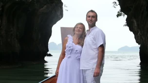Nevěsta a ženich na longtail lodí