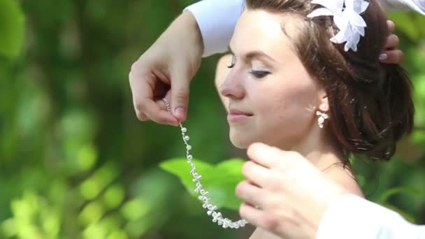 Nevěsta a ženich na písečné pláži