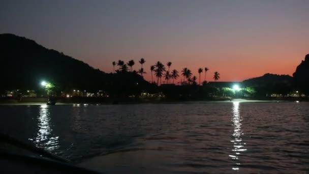 Plachtění na moři při západu slunce