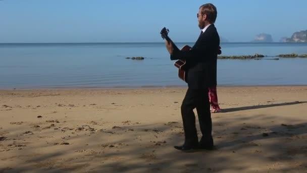 romantické kytarista s hezká blondýnka