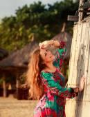 schlankes Mädchen in bunten Schilfmauern vor defokussiertem Hintergrund