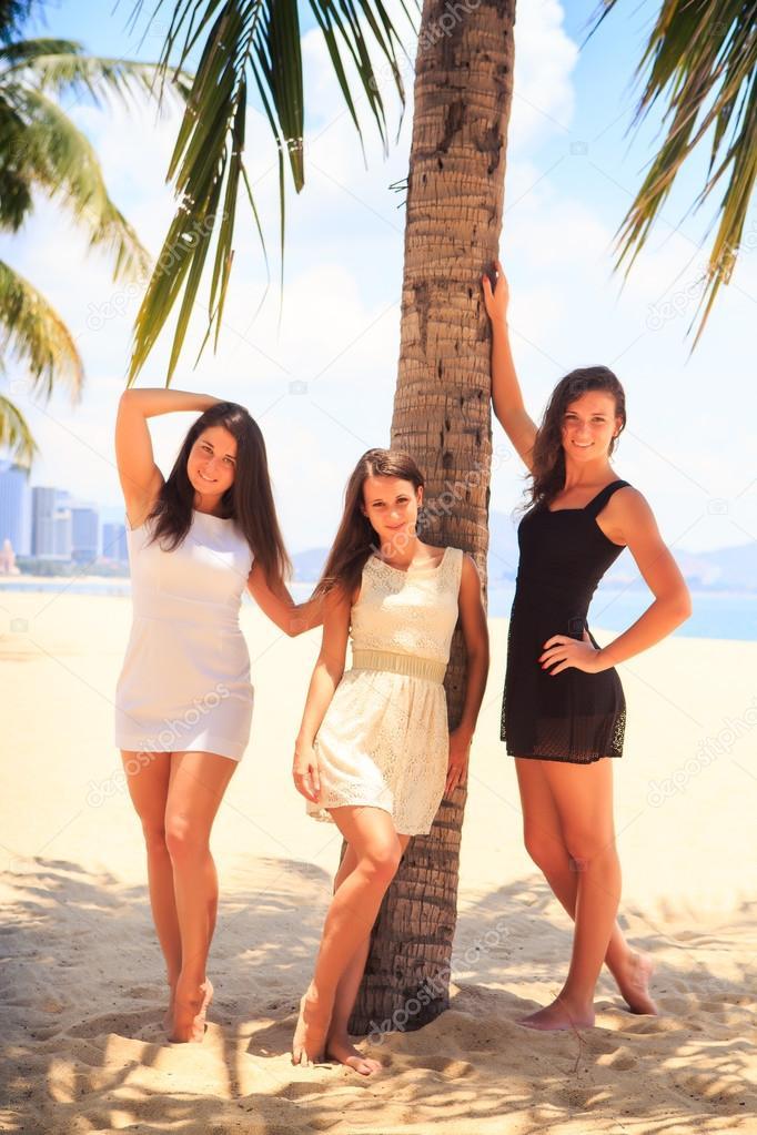 Basamento di tre brunette slim ragazze a piedi nudi sulla for Piani di fattoria di 2000 piedi quadrati