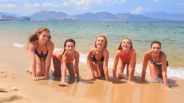 donne abbastanza felice sulla spiaggia