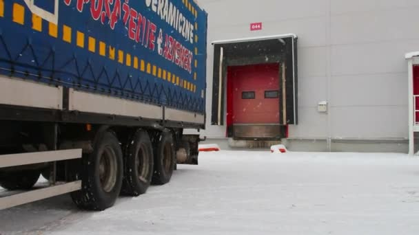 parkovací vykládání nákladu z auta do skladu