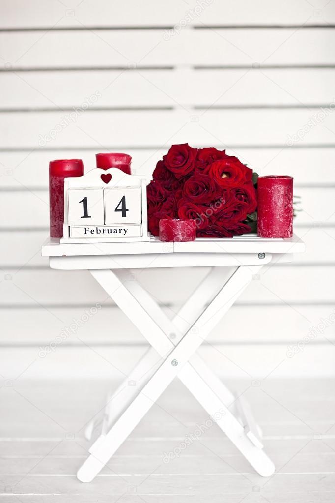 Rose rosse giaceva sul tavolo vicino calendario con la data di febbraio foto stock april 89 - Calendari da tavolo con foto ...