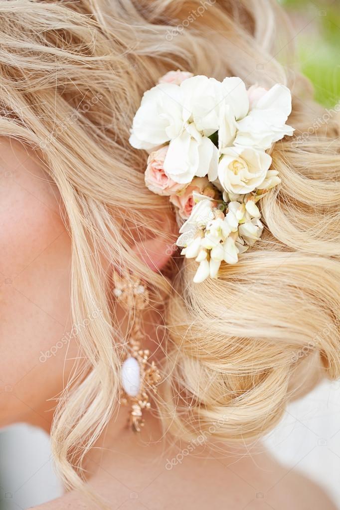 bed62e23751034 мода весільні зачіски з квітами — Стокове фото — білий © april_89 ...