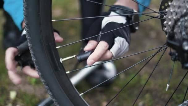 Detailní záběr prsty odstranit uzávěr z kola pneumatiky.