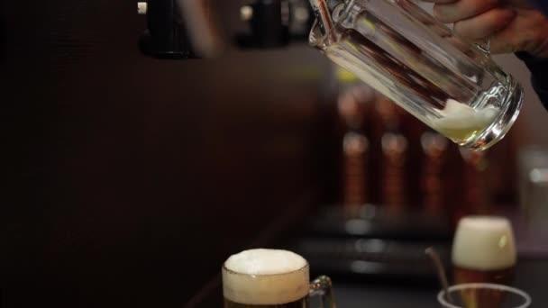 A csapos sört önt egy pohárba, hab gyűlik össze. Alkoholtartalmú ital