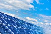 Modrá solární panely proti modré oblohy jasno