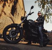 Ember ül egy kávézó versenyző motorkerékpár szabadban