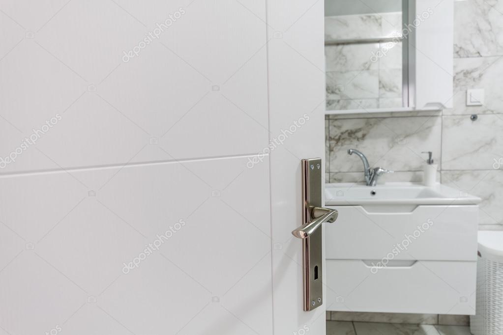 Witte wastafel kraan en kast u stockfoto hskoken