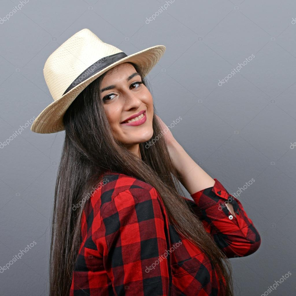 Ritratto di bella donna con cappello di paglia contro il backgrou grigio —  Foto Stock 2d1a765ebe20