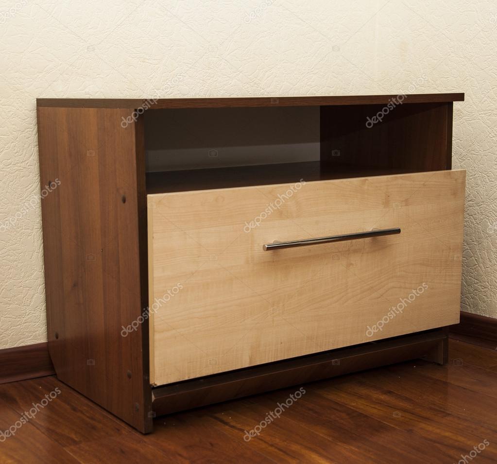 Table de chevet en bois moderne à l\'étage dans la chambre à ...