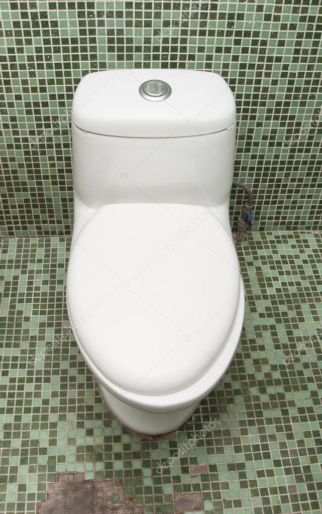 Toilette propre et blanche avec mur de carreaux de mosaïque verte ...