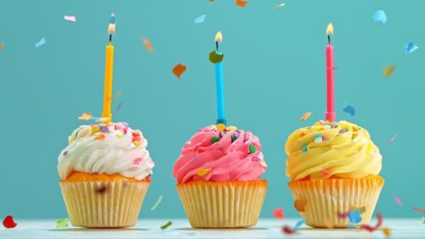 Születésnapi sütemény égő színes gyertyák pasztell kék háttér. Szuper Lassú Mozgások.
