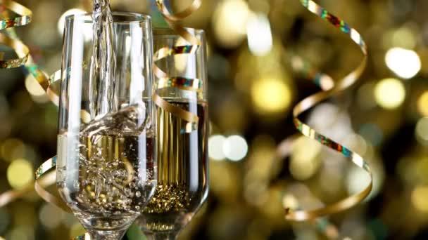 Flöten mit Sekt über goldenem Bokeh Blinkender Hintergrund.
