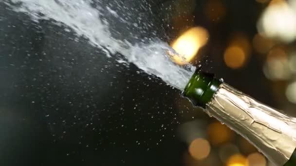 Superzeitlupe der Champagner-Explosion mit fliegendem Korkenverschluss.