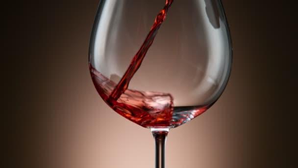 Pohyb fotoaparátu, Super pomalý pohyb Detail záběru nalití červeného vína z láhve