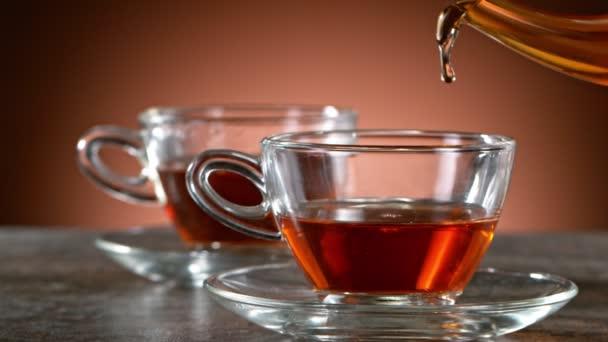 Super-Zeitlupentempo beim Teegießen