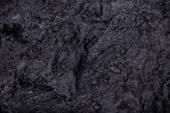 Hrudky uhlí na tmavém pozadí
