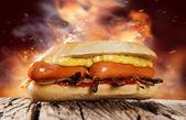 Hot dog na dřevěný stůl