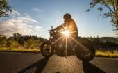 Fotografie Muž místo na motocyklu na lesní cestě