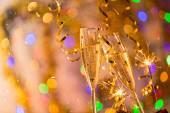 Vetri di champagne con fondo oro brillante