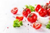 čerstvá cherry rajčata na dřevěný stůl