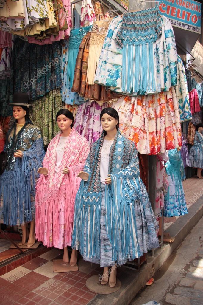 989c75517a13 Παραδοσιακό Βολιβίας Γυναικεία ρούχα σε ένα κατάστημα μόδας ...