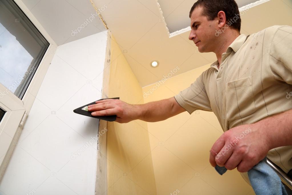 Tapete Reparieren mann-worker reparieren das haus und das aufstellen von tapete