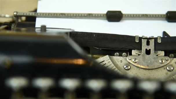 Ročník, psaní na stroji. Zblízka