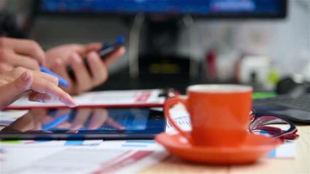 Podnikatelé pomocí digitálních Tablet s Burzovními grafy