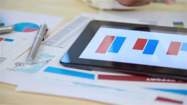 Obchodnice se dívá na burze statistiky na digitálním tabletu