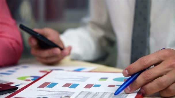 Zaměstnanci v kanceláři analyzovat rozpočet