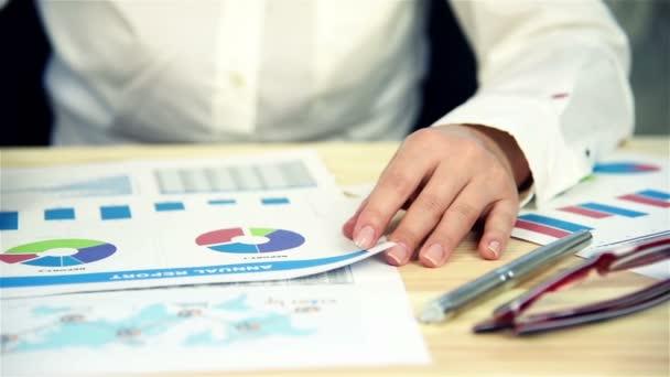Podnikatelka dělá finance v úřadu. Analýza výroční zprávy. Efekt zpomaleného pohybu
