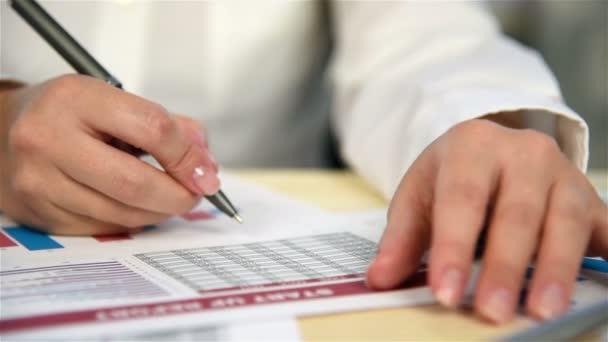 Podnikatelka v kanceláři zkontroluje spuštění sestavy. Efekt zpomaleného pohybu