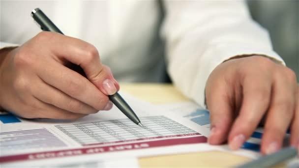 Podnikatelka dělá finance. Výpočet a analýza výroční zprávy. Efekt zpomaleného pohybu
