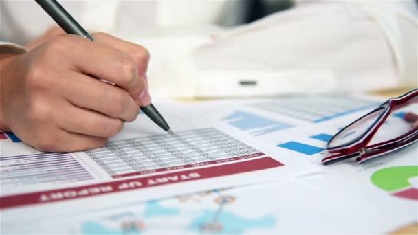 Žena, která dělá finance. Výpočet a analýza výroční zprávy. Efekt zpomaleného pohybu