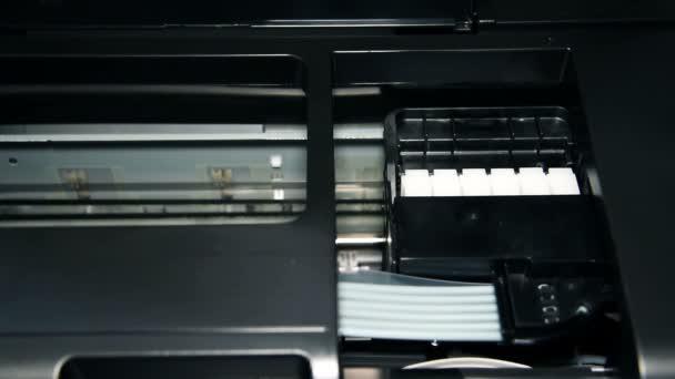 Kontinuální Barevníkové tiskárna tisk fotografie. Detailní záběr.