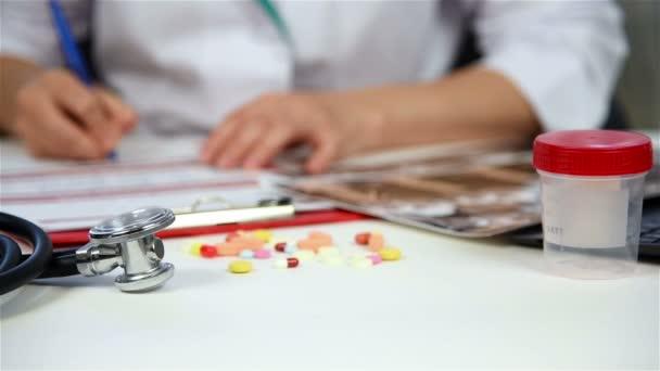 Ta náplň lékařské formuláře pacient sedí v klinice