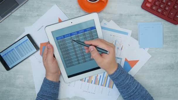 Podnikatel pracující v kanceláři s analýzou finančních údajů na obrazovce Digital Tablet. Koncept obchodního a finančního úspěchu.
