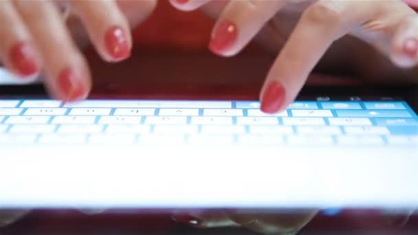 Frau tippt per Hand auf Touchscreen