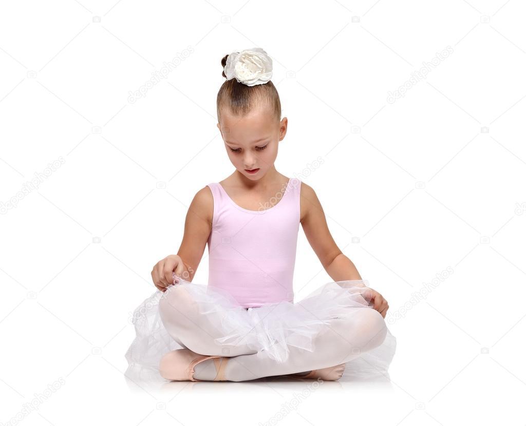 993b76f3c28b Primaballerina Kinder Tänzer auf Fußboden isoliert auf weiss — Foto von  vetkit. Ähnliche Bilder suchen