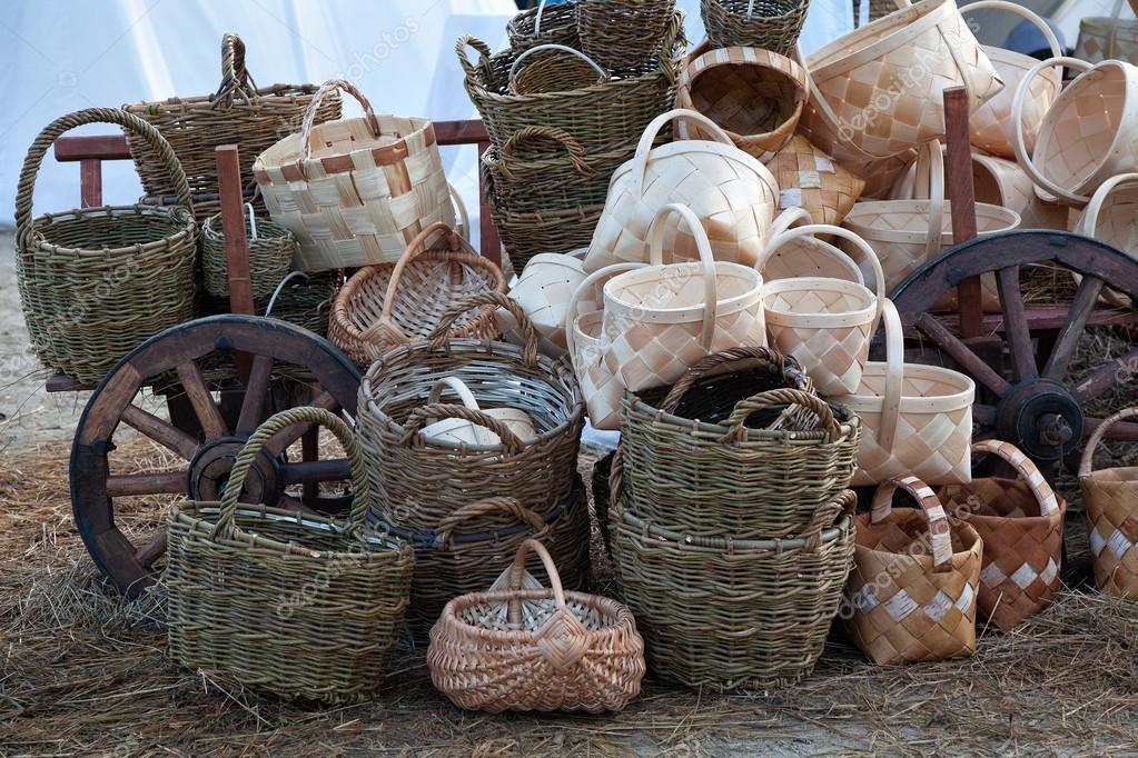 6f8f8490073 Πώληση ψάθινα καλάθια, χωριό αγορά — Φωτογραφία Αρχείου ...
