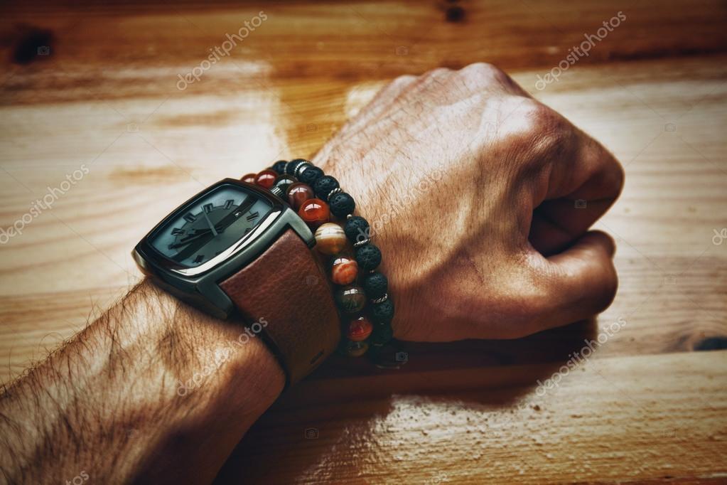 calidad reunirse reputación primero Reloj y pulsera en la misma mano hombre   mano del hombre ...
