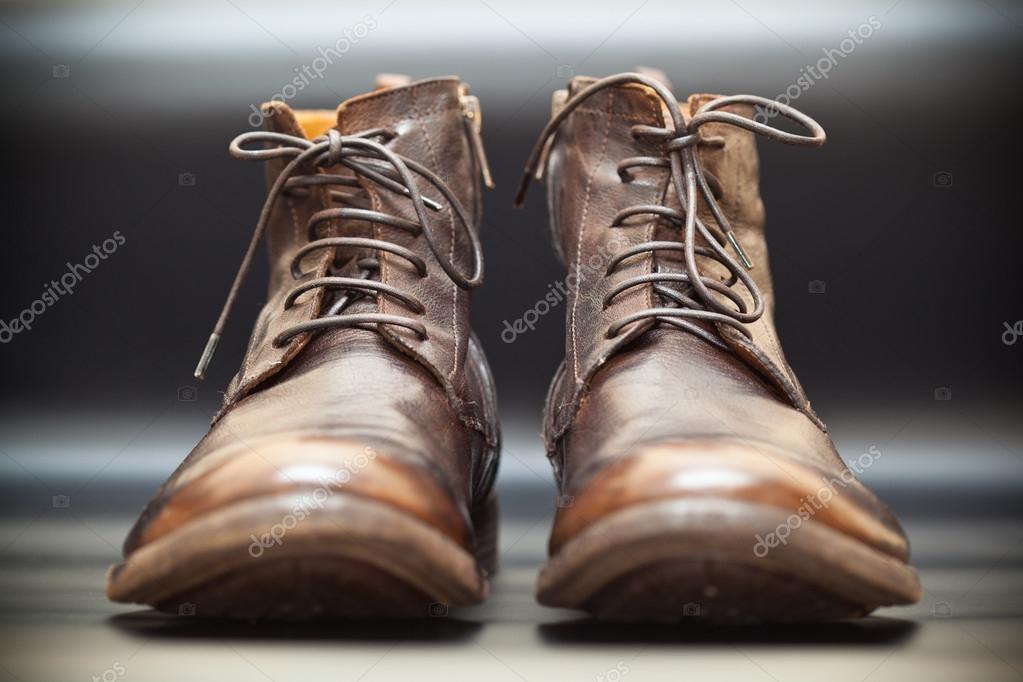 Luxusní Pánské kožené boty na tmavém pozadí abstraktní. Vysoká podzimní -  Jarní boty– stock obrázky c8f215c931