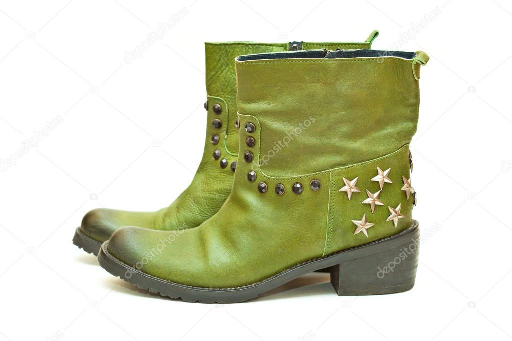 c13227df1 Moda mujer zapatos verde aislado sobre fondo blanco. Botas vaqueras con  estrellas y espárragos.